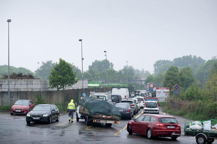 File aan het containerpark van Mechelen-Noord