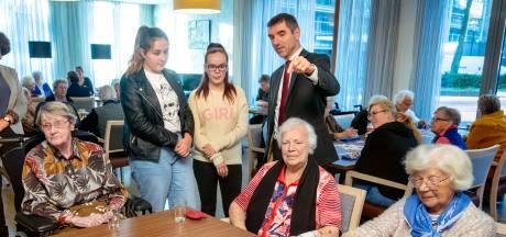 Staatssecretaris bezoekt Arnhemse scholieren die massaal vrijwilligerswerk doen: 'Voorbeeld voor andere scholen'