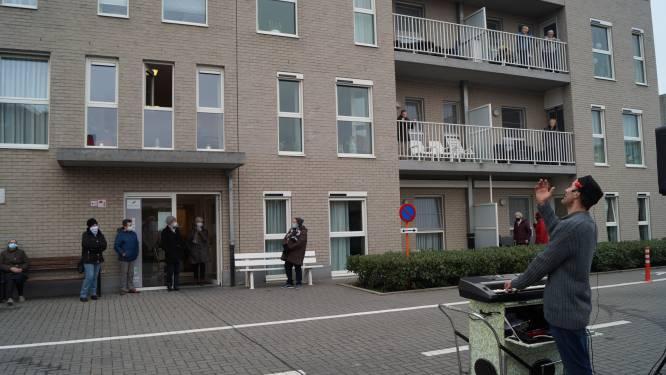 """Bewoners serviceflats getrakteerd op balkonserenade: """"Een lichtpuntje in donkere tijden"""""""