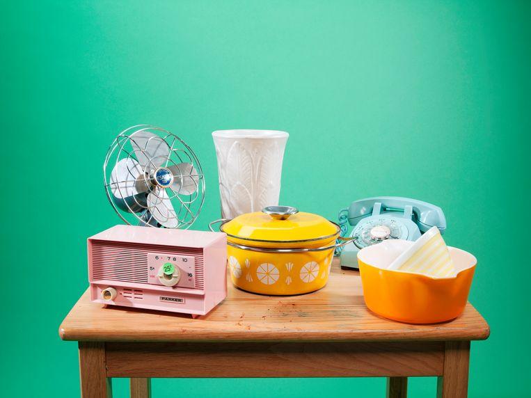Various older items for a possible garage sale or estate sale - tweedehands spullen voor PS verhaal  Beeld Getty Images