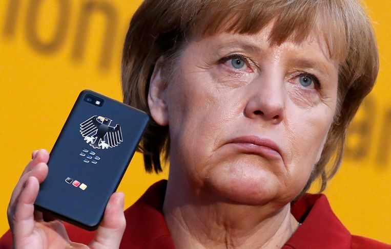 Angela Merkel met haar Blackberry. Beeld REUTERS