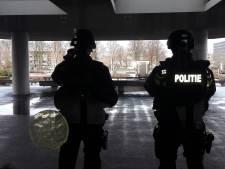 'Bloedbad' dreigt in provinciehuis; met plastic bijl