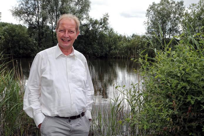 Pieter Hoff, eigenaar van Groasis, bij een van de vijvers op het terrein van Unipak.