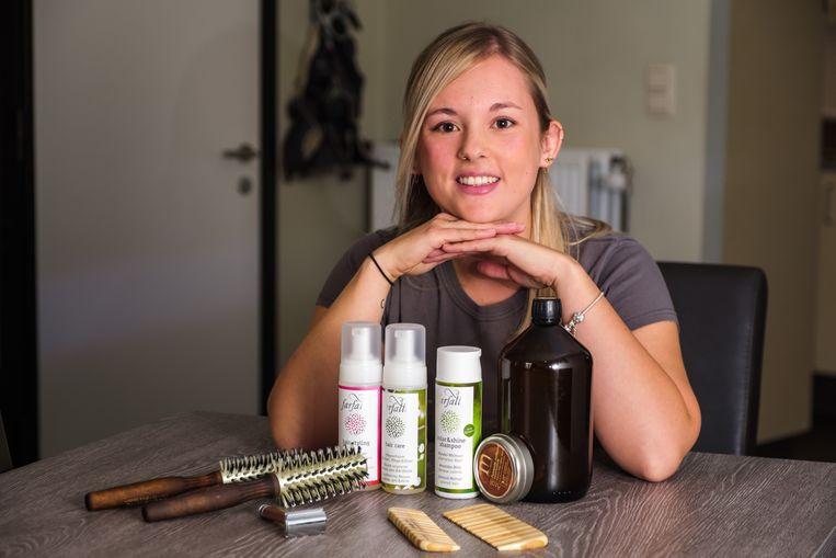 Kapster aan huis Nathalie Jonckers kan weer knippen nu ze producten heeft gevonden waar ze niet allergisch aan is.