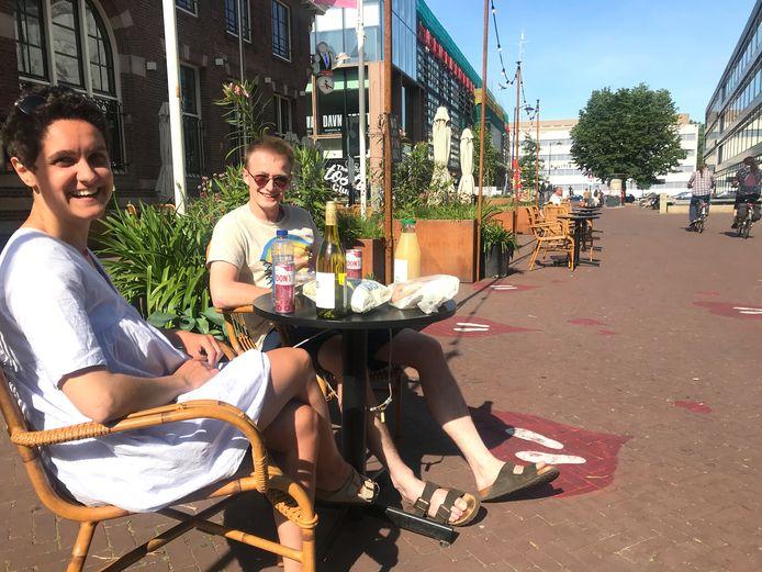Jade en James uit Franrkijk proberen op eerste pinksterdag, met hun eigen spulletjes, alvast het terras van brasserie Dudok in Arnhem uit. Morgen wordt het terras om 12.00 uur officleel heropend door burgemeester Ahmed Marcouch.