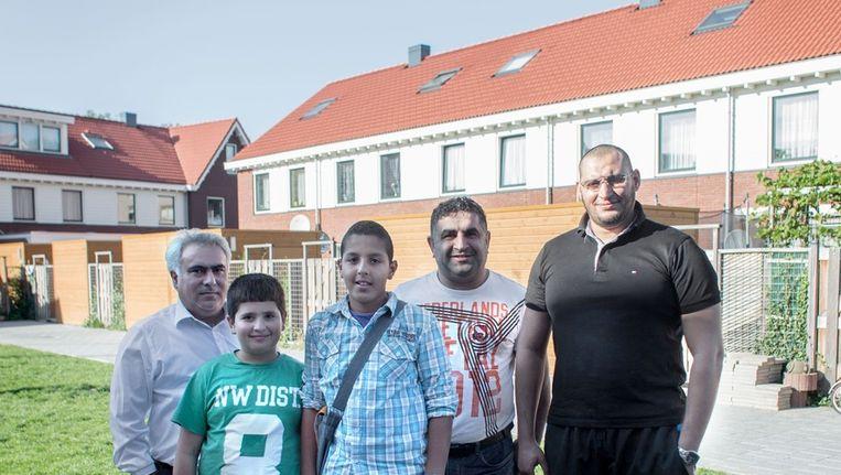 Mustafa Boz (links) Sava Kaya (midden) en Mhemet Aamarou (rechts) met hun Kinderen bij het project aan de dillestraat in de Banne in Noord Beeld Floris Lok