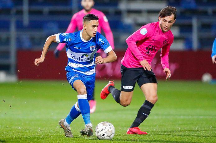 Eliano Reijnders (links) houdt het overzicht in het duel met FC Utrecht (1-1). De Zwollenaar verlengde deze week zijn contract met vier jaar.