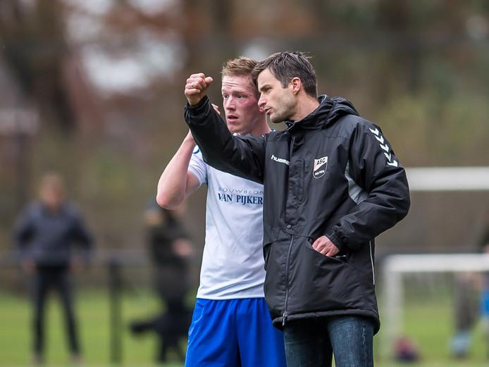 Trainer Piet de Jong van ASC'62 verzorgt de instructies voor Marcel Bijlenga.
