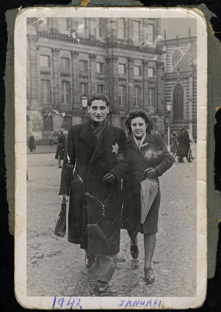 Het verliefde paar Ralph Polak (19) en Miep Krant (15) op de Dam. Door onder te duiken, overleefden ze de oorlog. Beeld Joods Historisch Museum