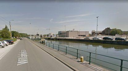 Jonge held redt vrouw die achter haar hondje sprong uit kanaal in Halle