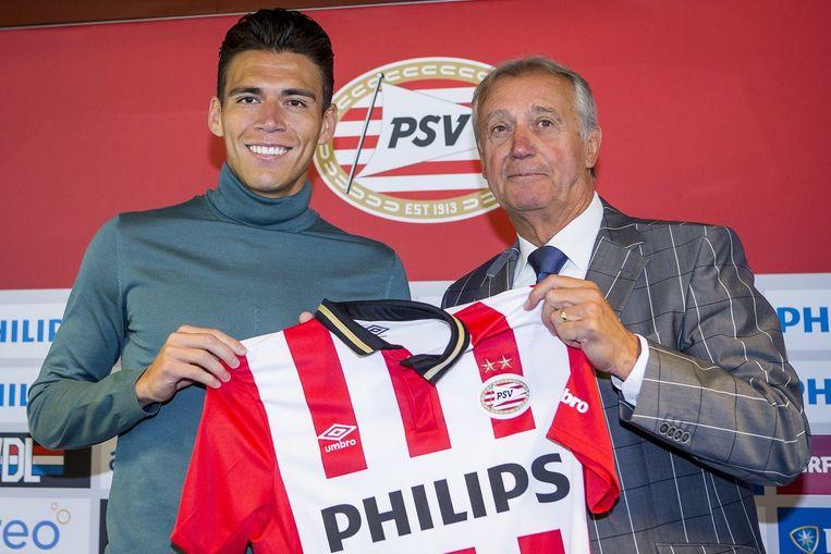 Héctor Moreno met mister PSV, Willy van der Kuijlen, bij zijn presentatie. Beeld pro shots