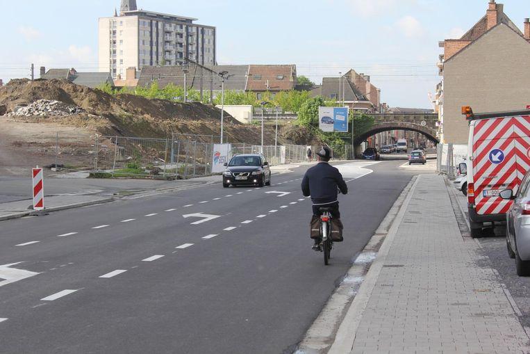 De fietsers moeten (voorlopig) op straat fietsen in de Denderstraat.