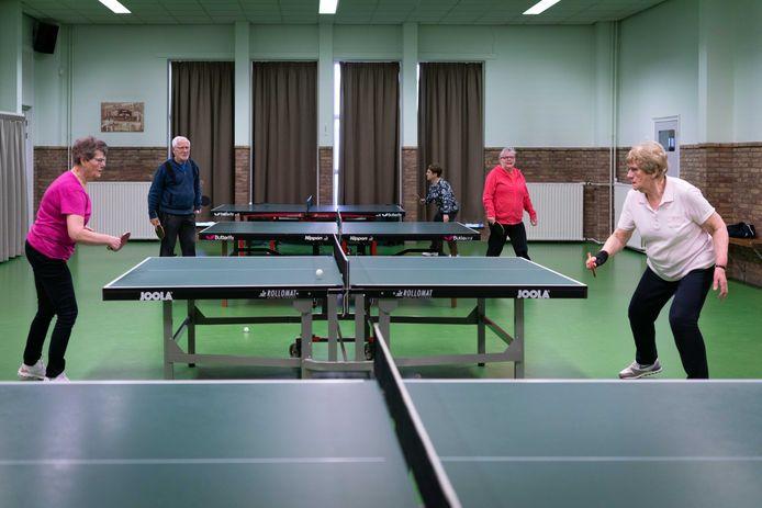 Ouderen tafeltennissen elke week in De Leemhof. Foto: Erik van 't Hullenaar.