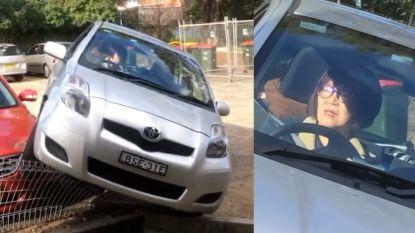 Oeps... Vrouw parkeert haar wagen bovenop een andere auto