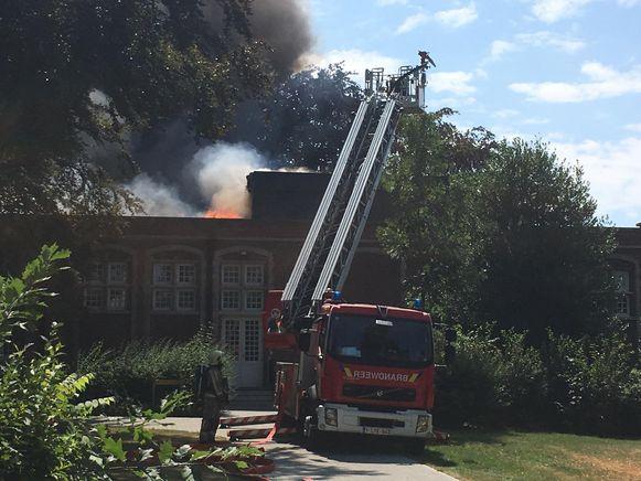 De brandweer is druk in de weer om het vuur te blussen.