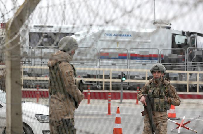 Turkse soldaten voor de Silivri-gevangenis in Istanboel