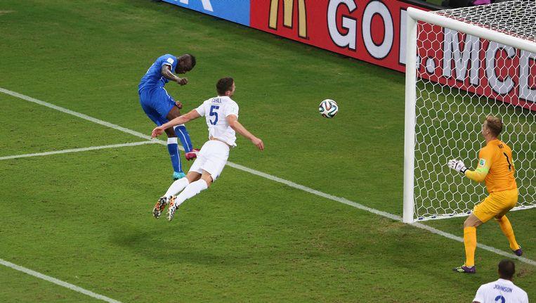 Mario Balotelli zet Italië op 2-1 tegen Engeland Beeld getty