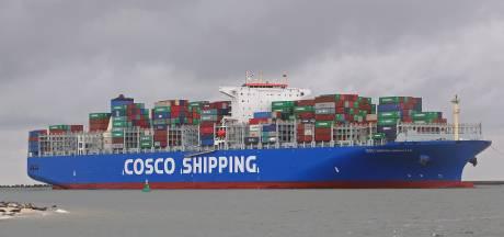 Containergigant Cosco Universe schuift over de Westerschelde