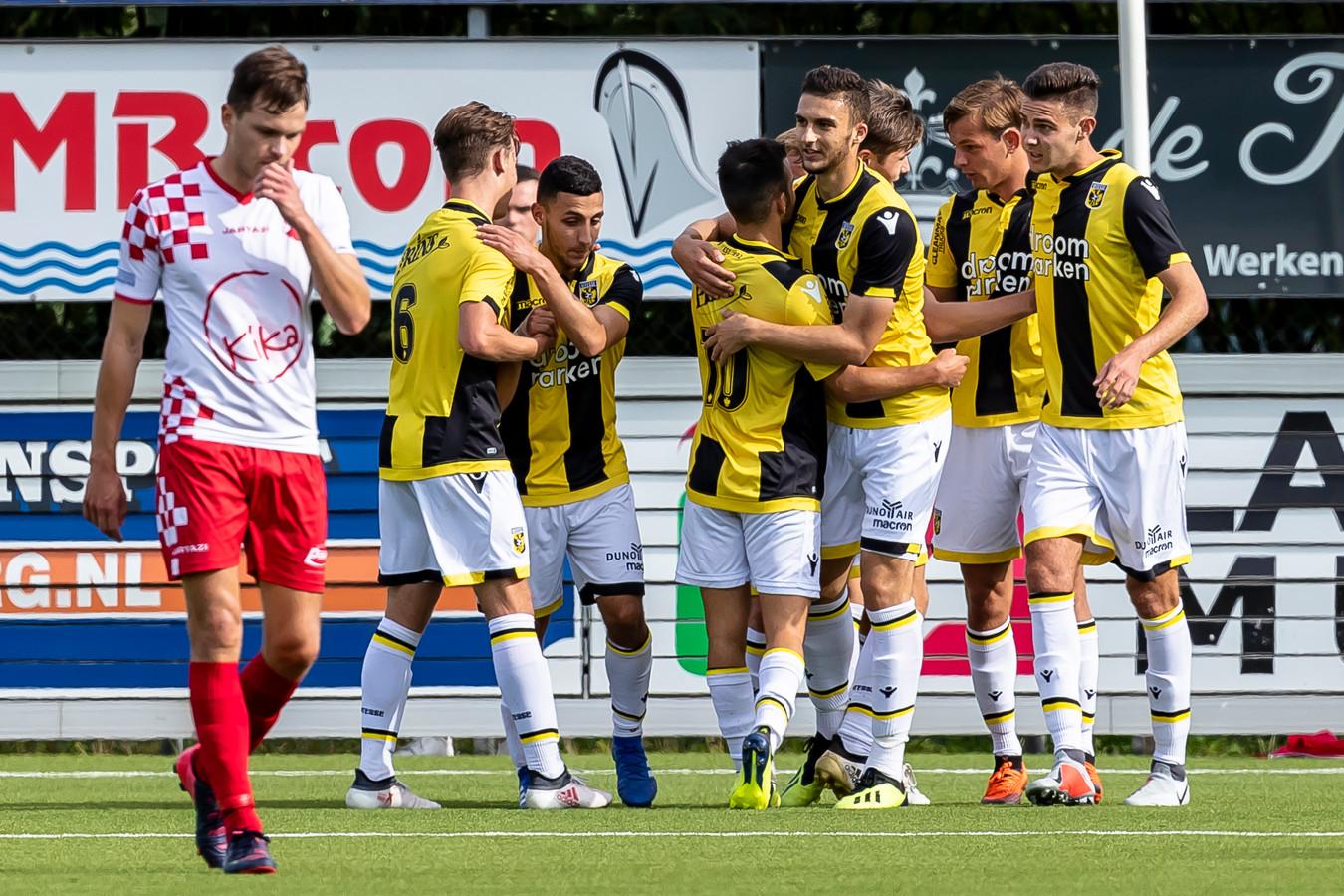 Mike de Beer wordt bejubeld na zijn 0-1 bij Kozakken Boys