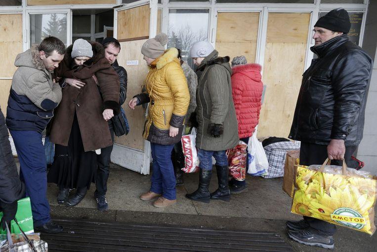 Inwoners van Debaltseve vertrekken vanwege de aanhoudende gevechten. Beeld ap