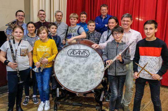 De leden van harmonie Sinte Cecilia zijn tevreden met de nieuwe grote trom.