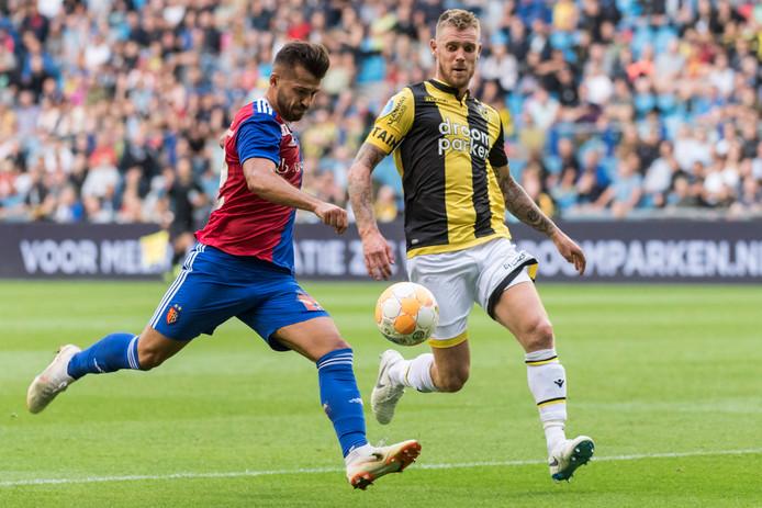 Van der Werff ziet dat Ajeti van Basel gaat uithalen.