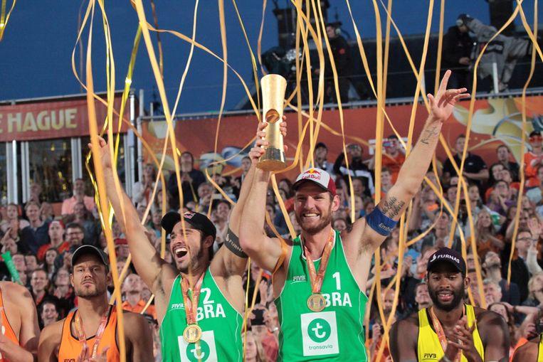 De Brazilianen Alison Cerutti en Bruno Schmidts vieren de overwinning in Den Haag. Beeld anp