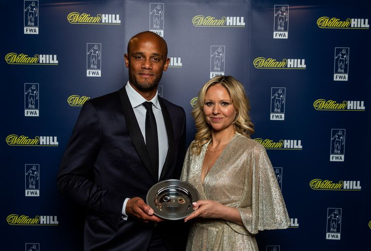 Kompany kreeg de trofee uit handen van FWA-voorzitter Carrie Brown.