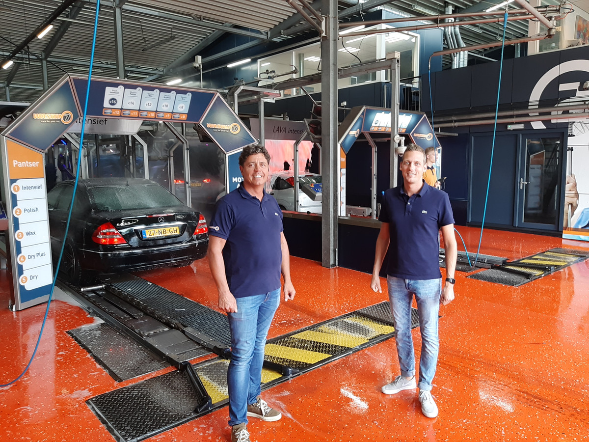Frank Vekemans (links) en Stefan Felix van Wasin7 bij het begin van de automatische wasstraat van 50 meter lengte in de vestiging aan de Meerenakkerweg in Eindhoven.