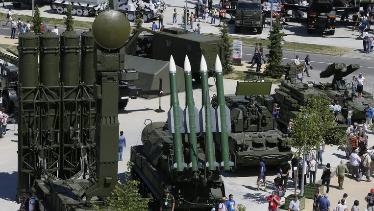 Bezoekers lopen langs een raketinstallatie op een Militair-technisch Forum in de buurt van Moskou. Beeld epa