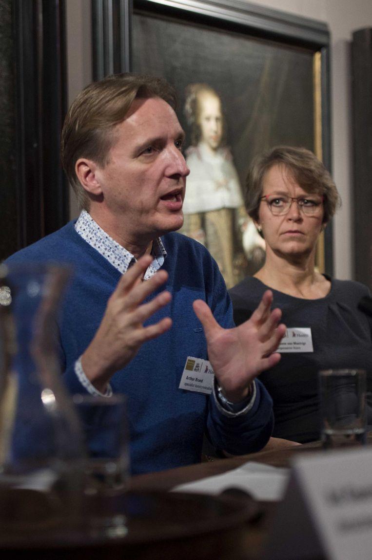 Arthur Brand geeft eind 2015 uitleg tijdens een persconferentie over de in 2005 gestolen kunst uit het Westfries Museum. Beeld anp
