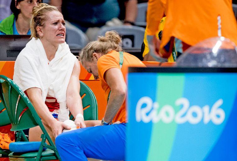 Maret Balkestein-Grothues raakte geblesseerd aan haar enkel tijdens de wedstrijd tegen de Verenigde Staten. Beeld ANP