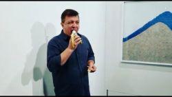 'Hongerige kunstenaar' eet banaan van 135.000 euro op tijdens kunstbeurs