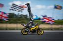De Britse stuntrijder Marco Greorge scheurt op een motor met 122 kilometer per uur en doet een handstand.