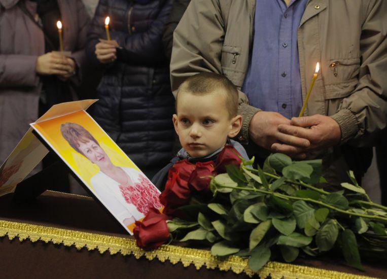 De begrafenis van een van de 224 slachtoffers van de vliegramp, een medewerkster van een school. Beeld ap
