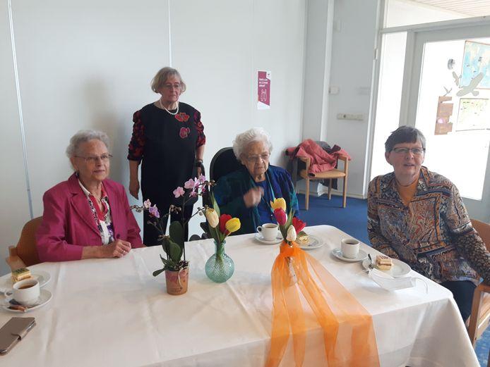 Cornelia Boonstra op haar 110e verjaardag temidden van haar drie dochters