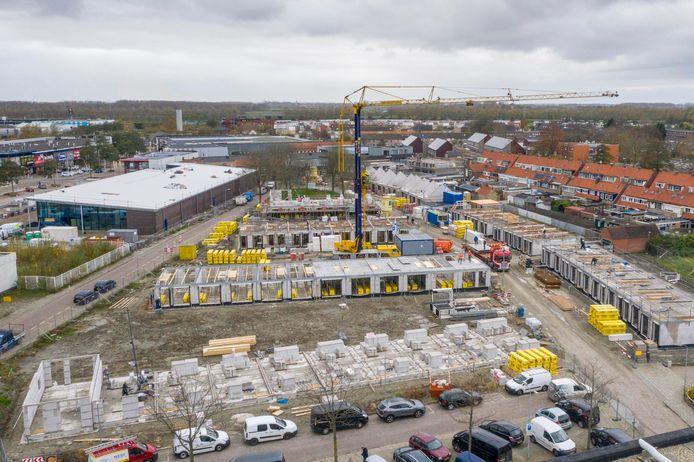 Links staat de nieuwe Lidl al overeind, op de rest van de foto staan de woningen in aanbouw.