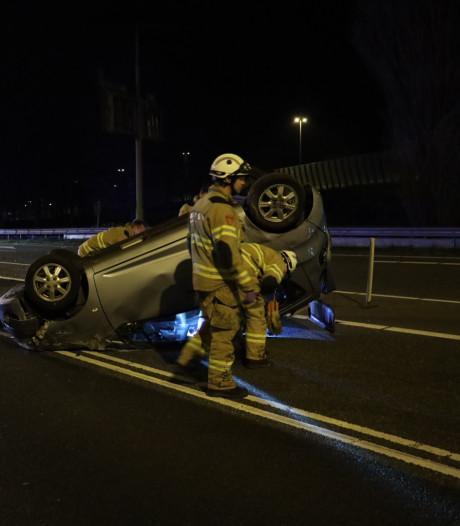 Auto over de kop bij botsing Arnhem: één gewonde en beschonken bestuurder aangehouden