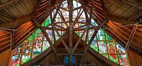 Efteling vereeuwigt namen personeel in glas-in-lood kunstwerk boven hoofdentree
