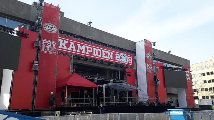 Het podium voor de huldiging van PSV wordt opgebouwd.