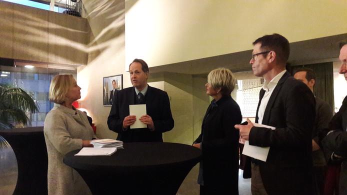 Ingrid de Boer van Woonbedrijf (links), Angela Pijnenburg van Wooninc. (tweede van rechts) en Jos Goijaerts van Sint  Trudo (rechts) overhandigden dinsdag het manifest 'Toekomstvast Wonen' aan Hans Rozendaal, waarnemend voorzitter van de gemeenteraad in Eindhoven.