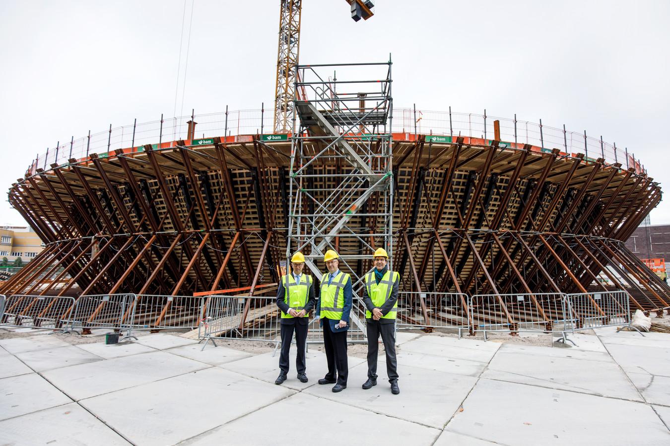 Het depot waar de kunstcollectie gaat komen. Museumdirecteur Sjarel Ex en KPN-bestuurder Eelco Blok bekrachtigden vandaag hun samenwerking in het bijzijn van de Rotterdamse burgemeester Ahmed Aboutaleb.