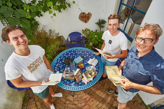 Sem de Muinck Keizer (links) van leesgroep Nescio, met oprichter Bas Steman (rechts) en diens zoon Jip, ook een van de Nescio-boys. Sem: ,,Nadat 'Lekker Boekie' van Bas verscheen, kwam alles in een stroomversnelling en waren we te zien op de nationale tv.''