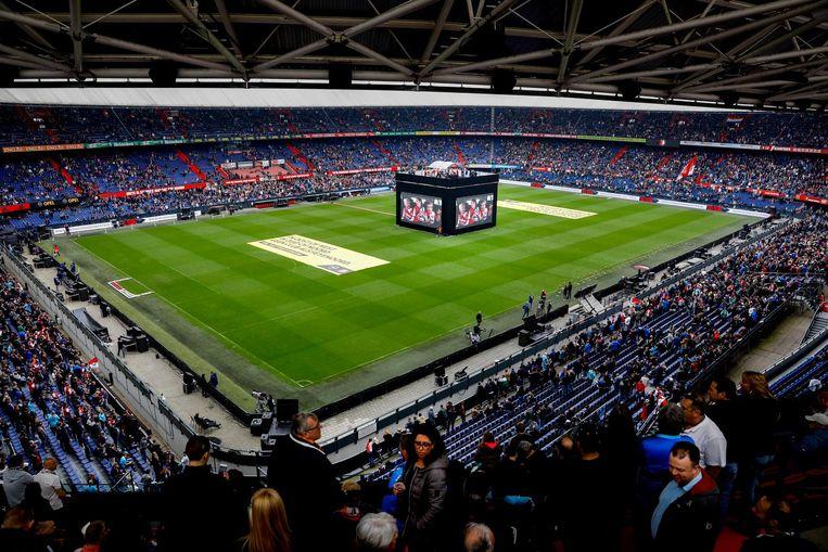 Feyenoordfans volgen in de Kuip op grote beeldschermen de kampioenswedstrijd van Feyenoord op Woudestein tegen Excelsior. Beeld anp