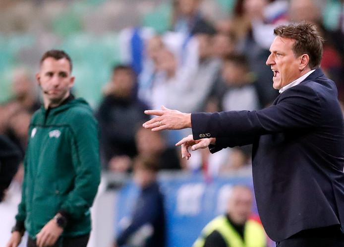 Andreas Herzog is niet blij met wat hij ziet tijdens het duel met Slovenië.