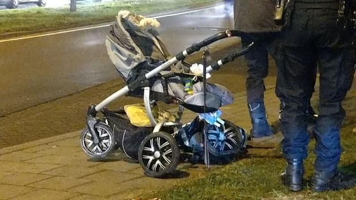 De kinderwagen was na de aanrijding niet meer bruikbaar.