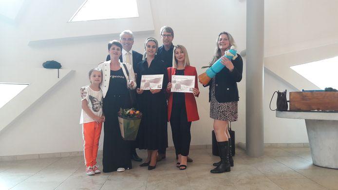 Stichting Brood en Rozen met hun gewonnen cheque en beeldje