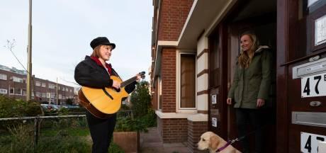 Een concert aan je voordeur: 'Iedereen kan in deze tijd wel een muzikale oppepper gebruiken'