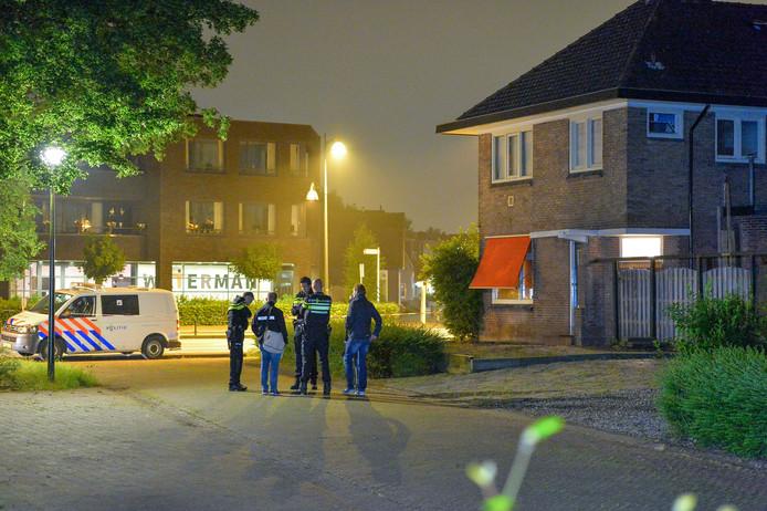 Politie staat op een parkeerplaats naast het huis in Apeldoorn waar de dodelijke steekpartij heeft plaatsgevonden.