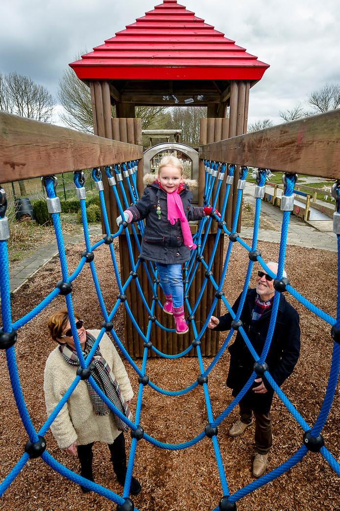Ter illustratie: speeltuin IJsselkids in Nieuwerkerk aan den IJssel. Linde met haar opa Peter en oma Loes.